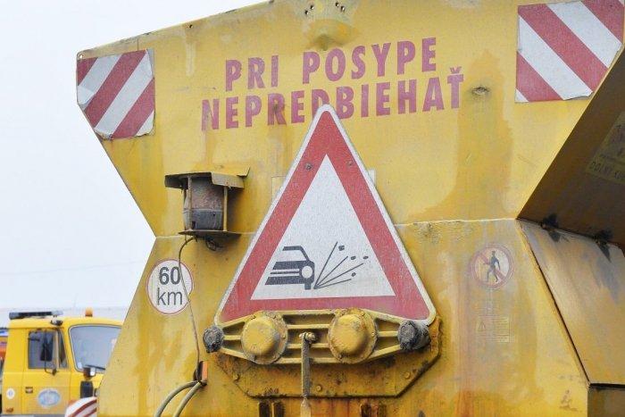 Ilustračný obrázok k článku Neupravené úseky v okrese Michalovce aj prevrátené vozidlo na ceste