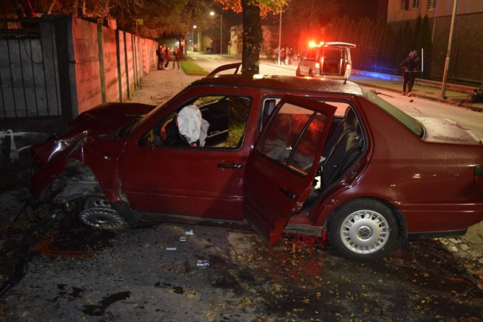 Ilustračný obrázok k článku Vrazil do stromu a zdemoloval auto: Mladý vodič nafúkal 1,4 promile, FOTO