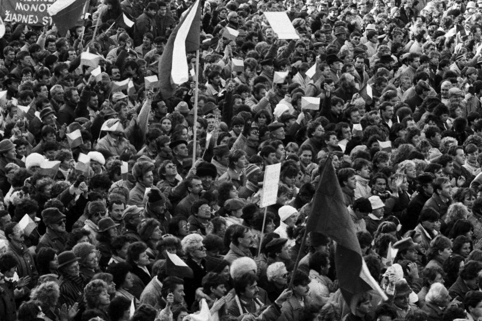 Ilustračný obrázok k článku Nežná revolúcia v Prievidzi: Na námestí Andy Hryc, pamätnou živá reťaz gymnazistov