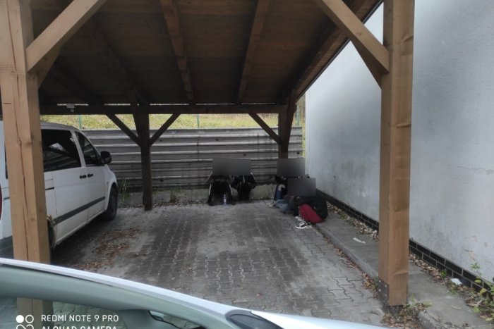 Ilustračný obrázok k článku ZÁSAH v Čadci: Policajti našli šesť Afgáncov na parkovisku pri nákupnom centre