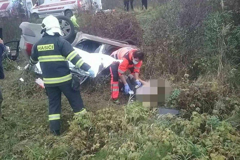 Ilustračný obrázok k článku ZÁBERY z vážnej nehody: Po zrážke autá vyleteli z cesty, zranilo sa šesť ľudí