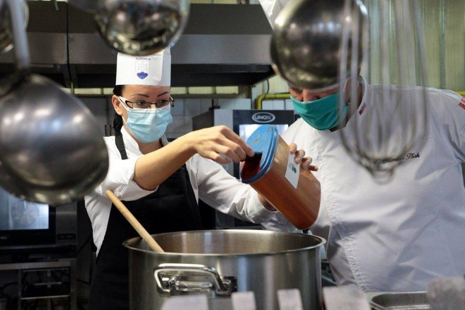 Ilustračný obrázok k článku Uvarili a rozdali vyše 2-tisíc porcií šošovicovej polievky sv. Alžbety, FOTO
