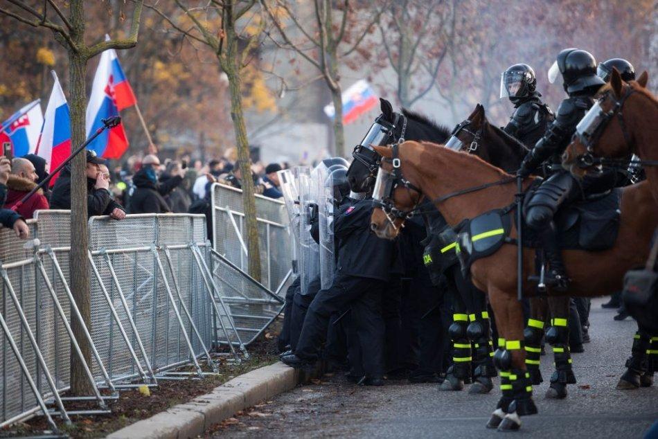 Ilustračný obrázok k článku Máte to natočené? Polícia žiada ľudí o VIDEÁ z protestu v Bratislave