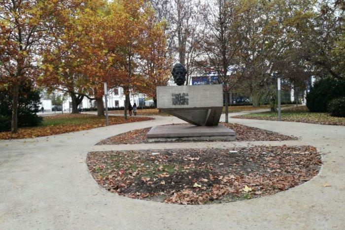 Ilustračný obrázok k článku V obnovenom zvolenskom parku pribudnú pevné lavičky: Na čo si ešte treba počkať?