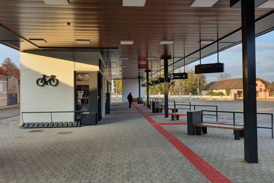 Ilustračný obrázok k článku Bezplatná wi-fi aj temperovaná čakáreň: Tornaľa má novú autobusovú stanicu, FOTO