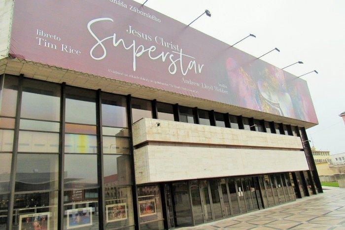 Ilustračný obrázok k článku Čiastočná rekonštrukcia divadla v Prešove: Po 30 rokoch vymenia presklenú časť budovy
