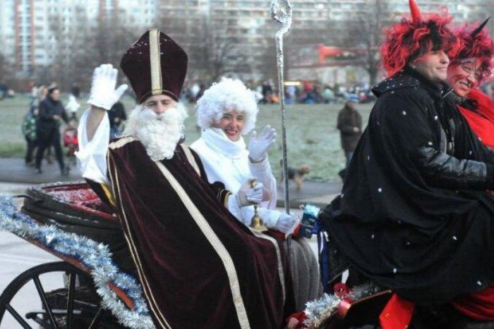 Ilustračný obrázok k článku Petržalku rozžiari viacero vianočných stromčekov. Svetielka zažne Mikuláš so sprievodom