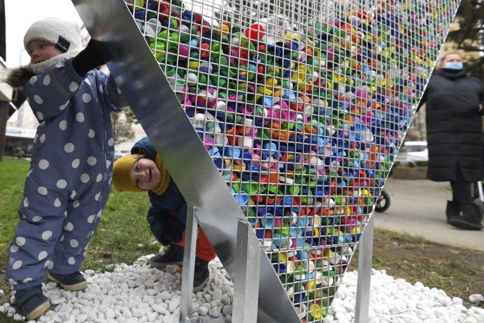 Ilustračný obrázok k článku V Topoľčiankach budú pomáhať: V centre obce pribudlo srdce na plastové vrchnáky