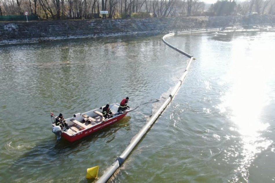 Ilustračný obrázok k článku Hasiči odstraňujú ekologickú haváriu: Zasahuje potápačská skupina aj dron, FOTO