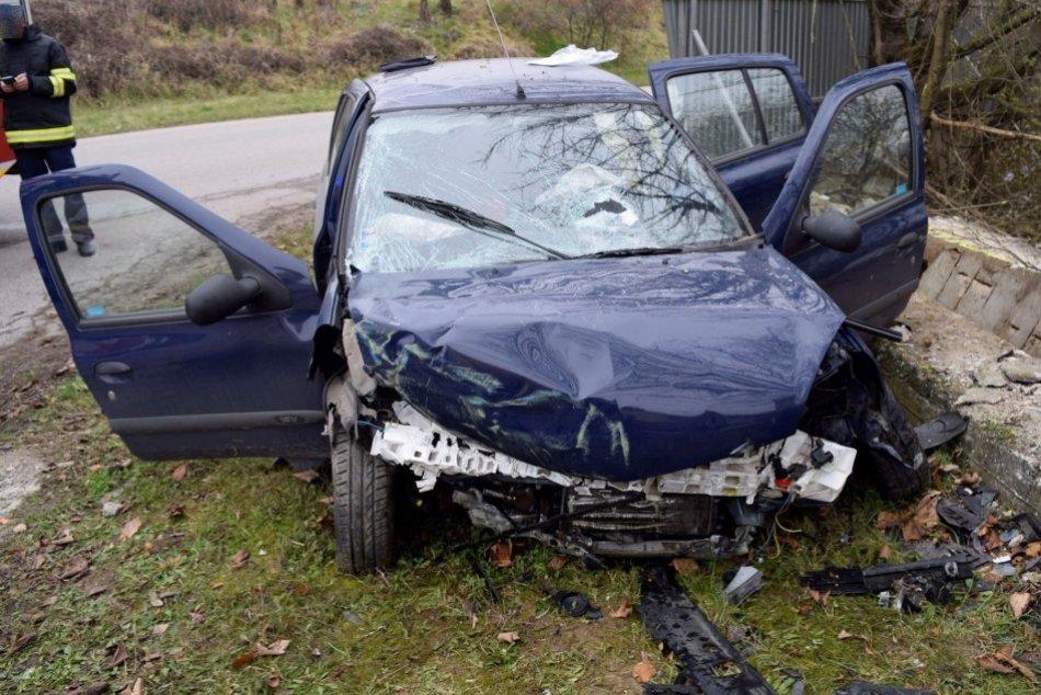 Ilustračný obrázok k článku Čelný náraz do betónového plota: Auto skončilo totálne na šrot, FOTO