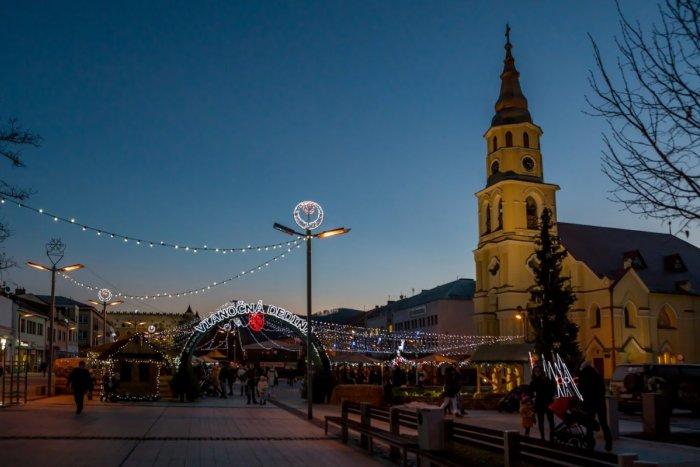 Ilustračný obrázok k článku Vo Zvolene otvorili vianočnú dedinu: Nechýbajú stánky s dobrotami a príde aj Mikuláš