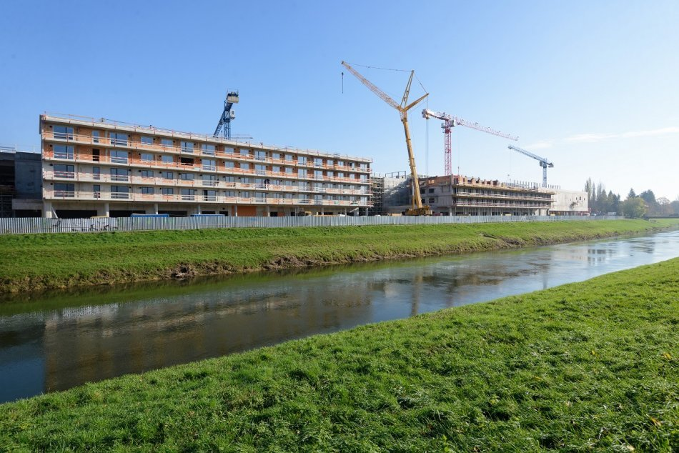 Ilustračný obrázok k článku Výstavba Living parku pri rieke pokračuje: Pandémia práce nezastavila, FOTO