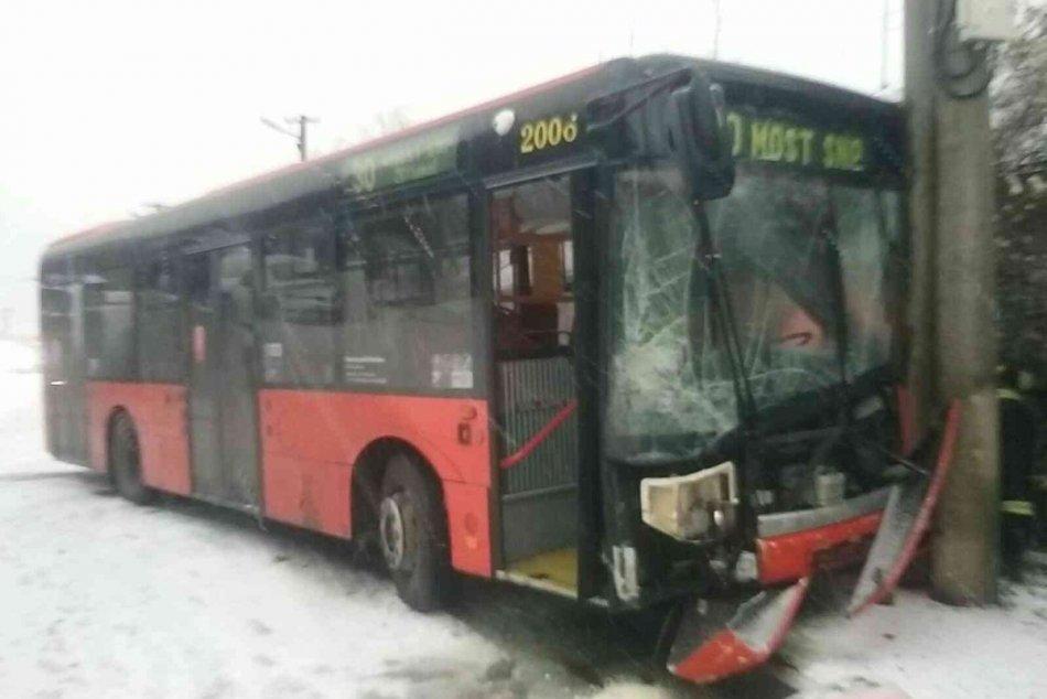 Ilustračný obrázok k článku FOTO: Rozbitý autobus, nehody aj meškania MHD. Sneh na cestách spôsobil Sodomu Gomoru