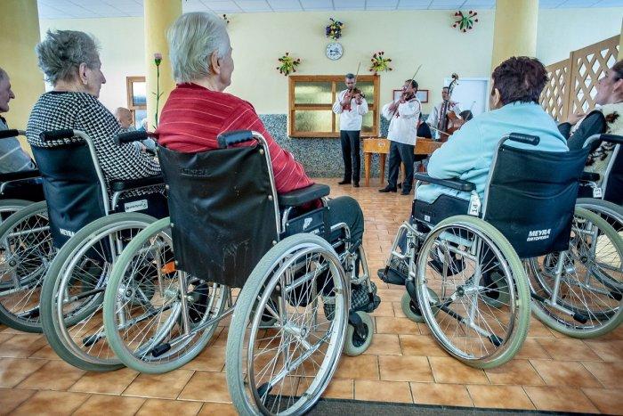 Ilustračný obrázok k článku Kríza vrcholí, pomôžte nám v zariadeniach pre seniorov. Vyzýva samospráva Bratislavy