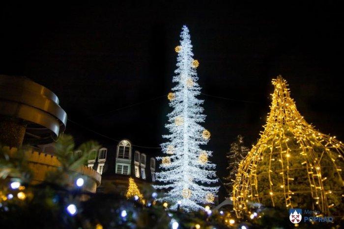 Ilustračný obrázok k článku Poprad je už sviatočne vysvietený: Čo pribudlo a ako to bude s vianočnými trhmi?