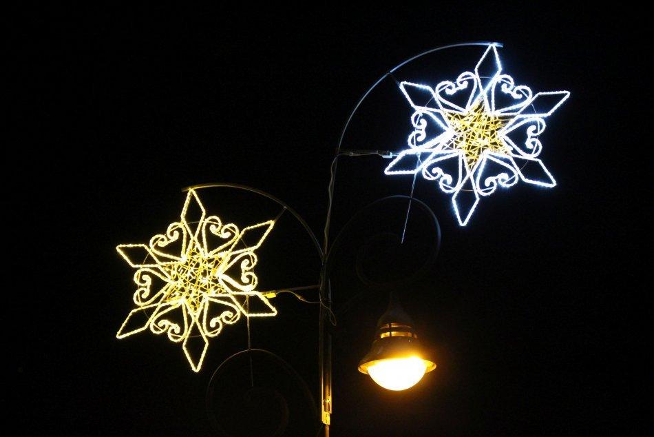 Ilustračný obrázok k článku Starosta Vrakune vtipne odpovedá frfľošom: Máte málo svetielok? Obráťte sa na Šuvadovú