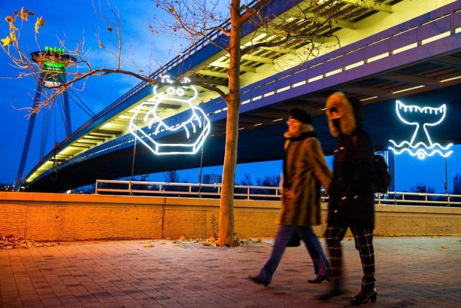 Ilustračný obrázok k článku FOTO: Pôsobivá vianočná edícia Bielej noci. Nábrežie rozžiarili dunajské príbehy