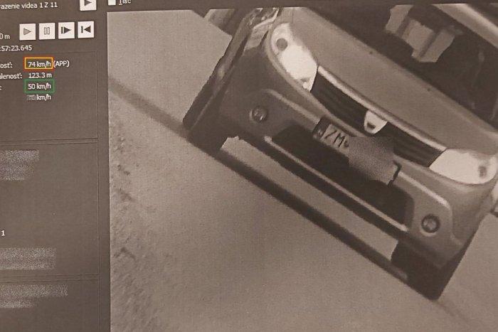 Ilustračný obrázok k článku Vodič prešvihol povolenú rýchlosť: Na zabíjačke sa mal zahrievať pálenkou