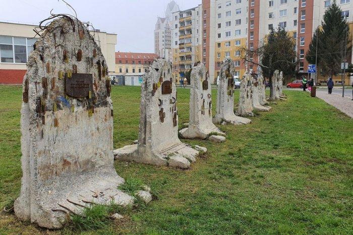 Ilustračný obrázok k článku Božie prikázania pri synagóge zaujali: Reakcie Lučenčanov prekvapili aj autorku, FOTO