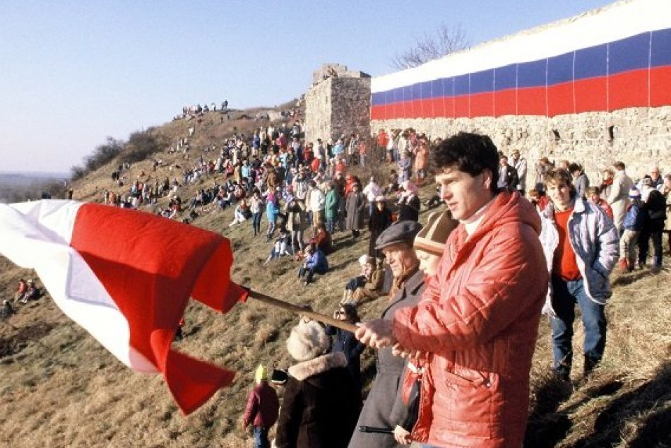 Ilustračný obrázok k článku FOTO: Tisíce ľudí kráčali cez Petržalku do Hainburgu. Prvýkrát sa nadýchli slobody