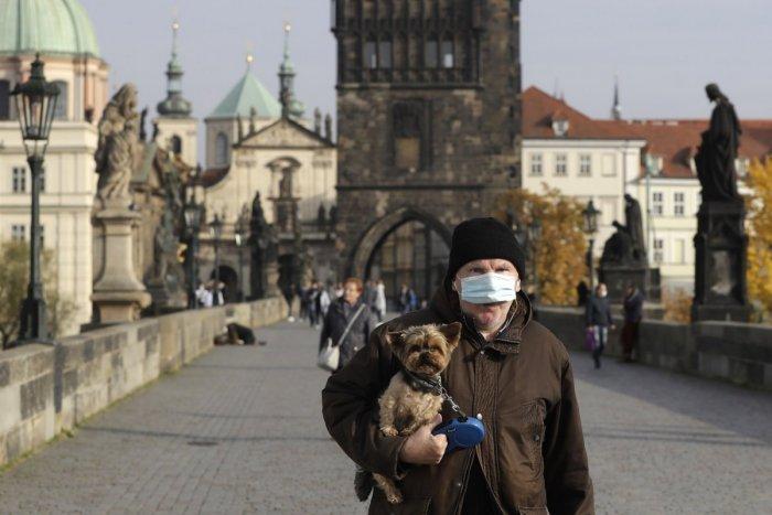 Ilustračný obrázok k článku Česká vláda PRITVRDILA: Vonku aj vo vnútri sa môžu stretnúť len DVAJA ľudia!