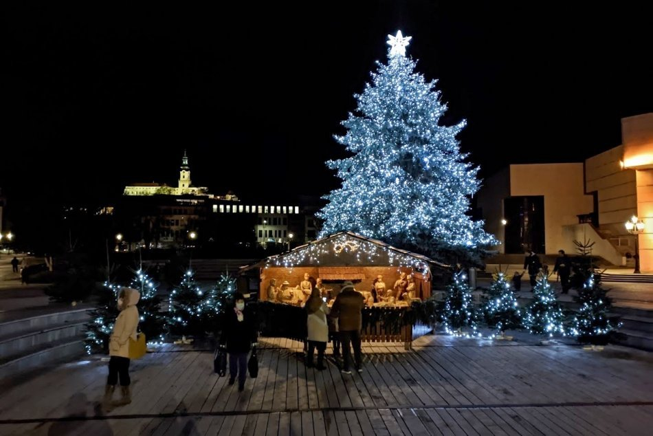 Ilustračný obrázok k článku Prvý vianočný stromček stál na námestí už v roku 1927: Zdobilo ho len pár žiaroviek