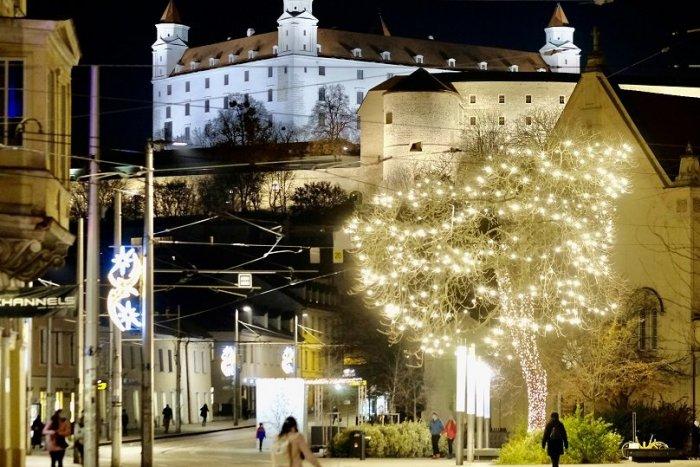Ilustračný obrázok k článku Pozrite sa na tú nádheru: Bratislava žiari novou vianočnou výzdobou
