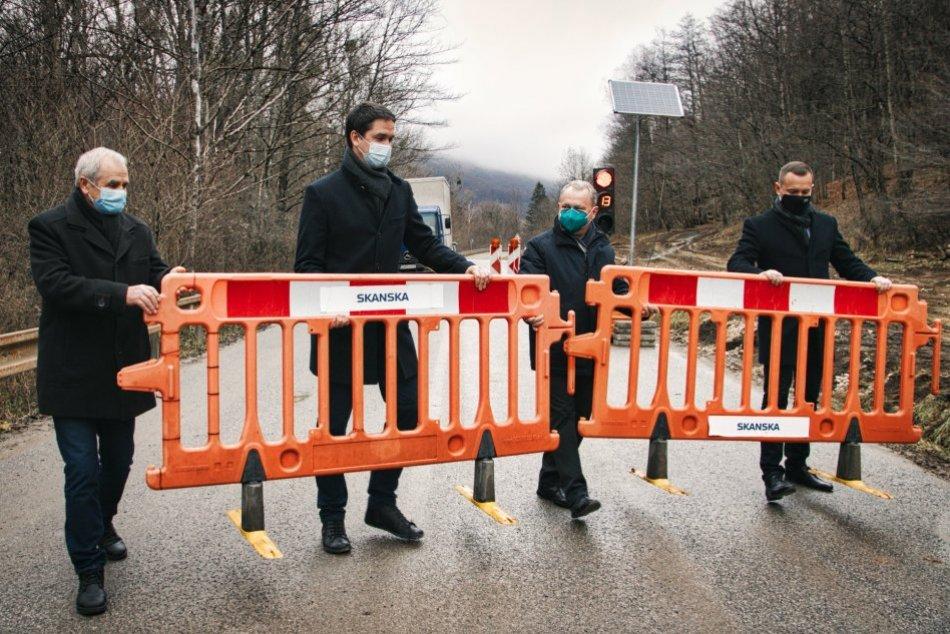 Ilustračný obrázok k článku Motoristi dostali zelenú: Poškodenú cestu na Gemeri sprejazdnili v jednom pruhu, FOTO