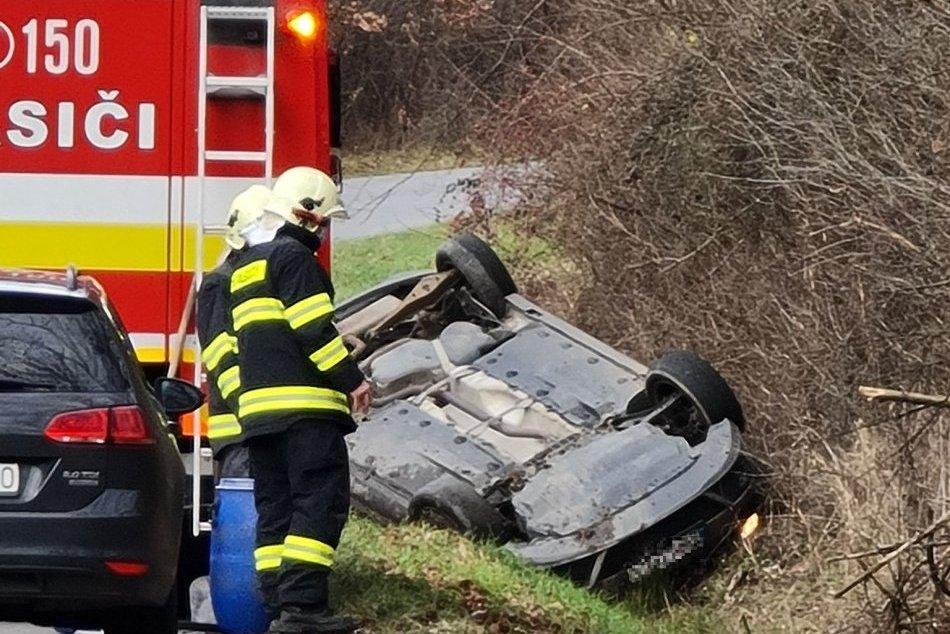 Ilustračný obrázok k článku Prvé INFO z miesta nehody: Pri Žiari skončilo auto na streche, 1 osoba je zranená, FOTO