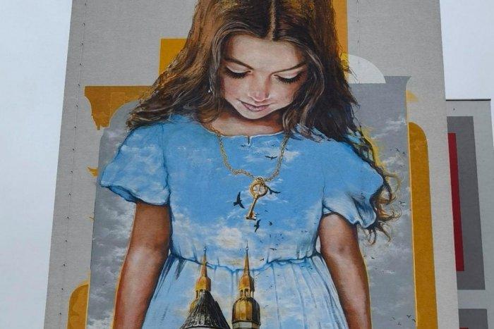 Ilustračný obrázok k článku Druhý pokus sa už vydaril? Dievčatko na stene paneláku je takmer hotové!
