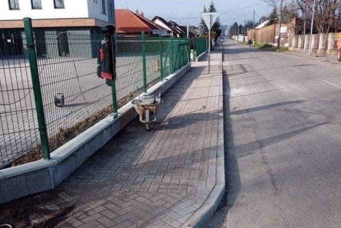 Ilustračný obrázok k článku Chodci si môžu vydýchnuť: Na Mojmírovej ulici je opäť bezpečný chodník