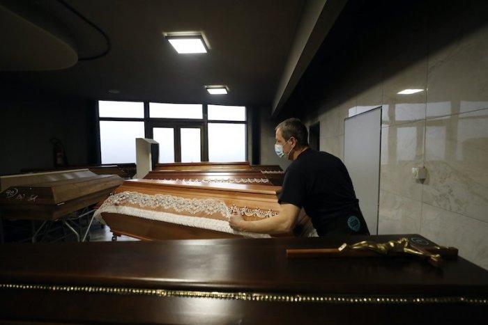Ilustračný obrázok k článku Nárast úmrtí kvôli pandémii: Ako zvládajú pohreby v Prievidzi?