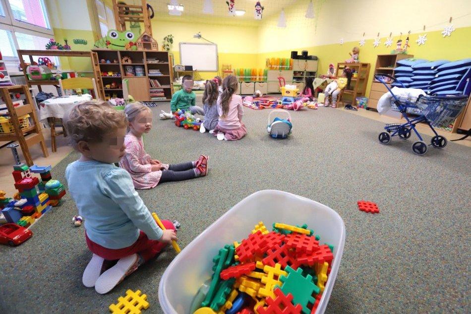 Ilustračný obrázok k článku Rodičia sa veľmi nehrnú dávať deti do škôl a škôlok. Kde preto zostanú zatvorené?