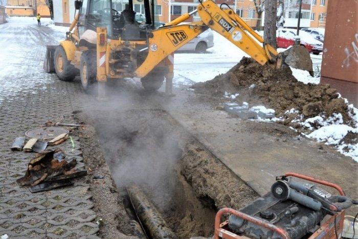 Ilustračný obrázok k článku Sídlisko ostalo bez tepla: Havárie na potrubiach v Humennom pribúdajú, FOTO