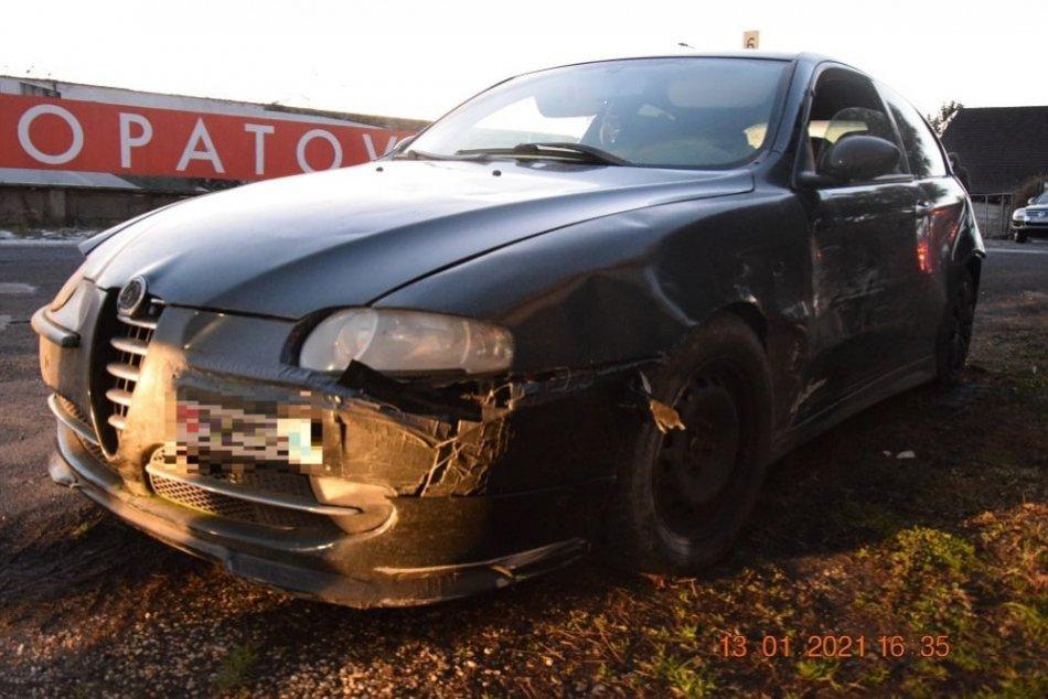 Ilustračný obrázok k článku Policajná naháňačka ako z akčného filmu: Vodič v Lučenci poškodil niekoľko áut aj plot, FOTO