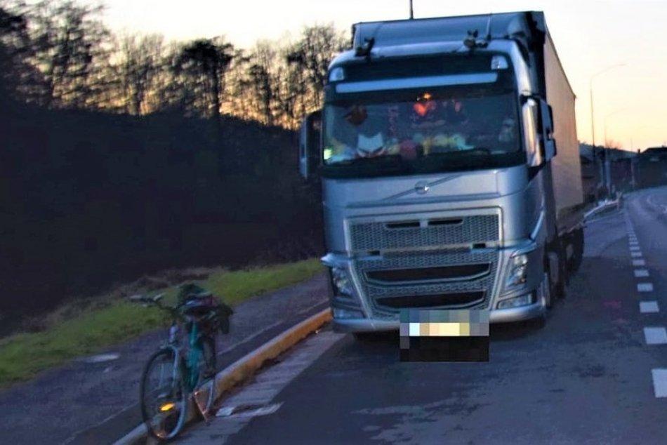 Ilustračný obrázok k článku Cyklista spadol po kontakte s kamiónom: Polícia z Prievidze hľadá svedkov, FOTO