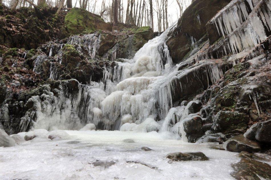 Ilustračný obrázok k článku Nádherné dielo mrazov: Turovský vodopád sa v zime mení na úchvatný ľadopád, FOTO