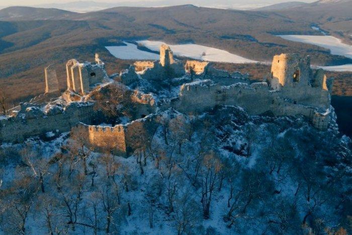 Ilustračný obrázok k článku Život utíchol aj na hrade Gýmeš: Sledujte tú zimnú rozprávku, VIDEO
