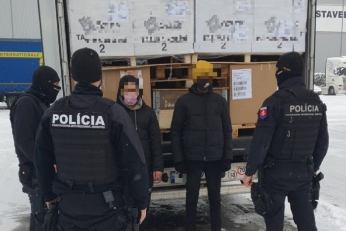 Ilustračný obrázok k článku Zúfalý čin migrantov z Líbye: Z Rumunska až do Trenčína na nápravách návesu!