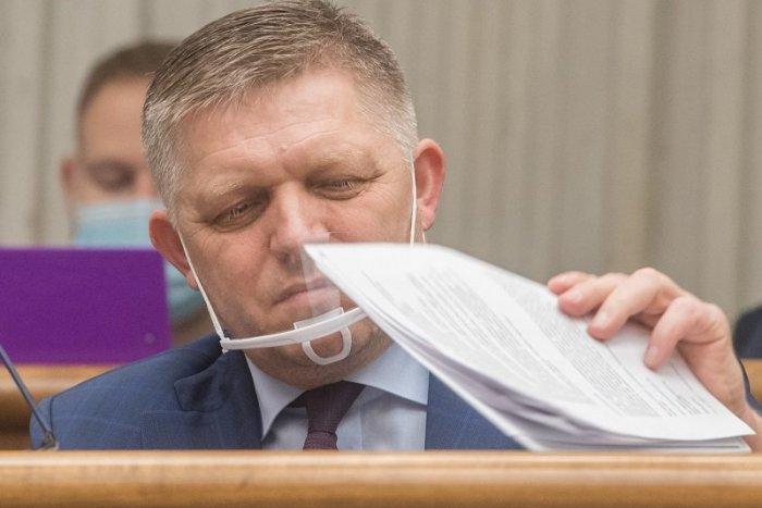 Ilustračný obrázok k článku Fico naložil Matovičovi: Keď prídu ľudia pred jeho dom, je ROZTRASENÝ ako cigareta!