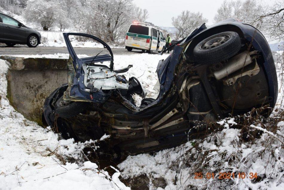 Ilustračný obrázok k článku Vážna nehoda neďaleko Revúcej: Vodiča v ťažkom stave previezli do nemocnice, FOTO