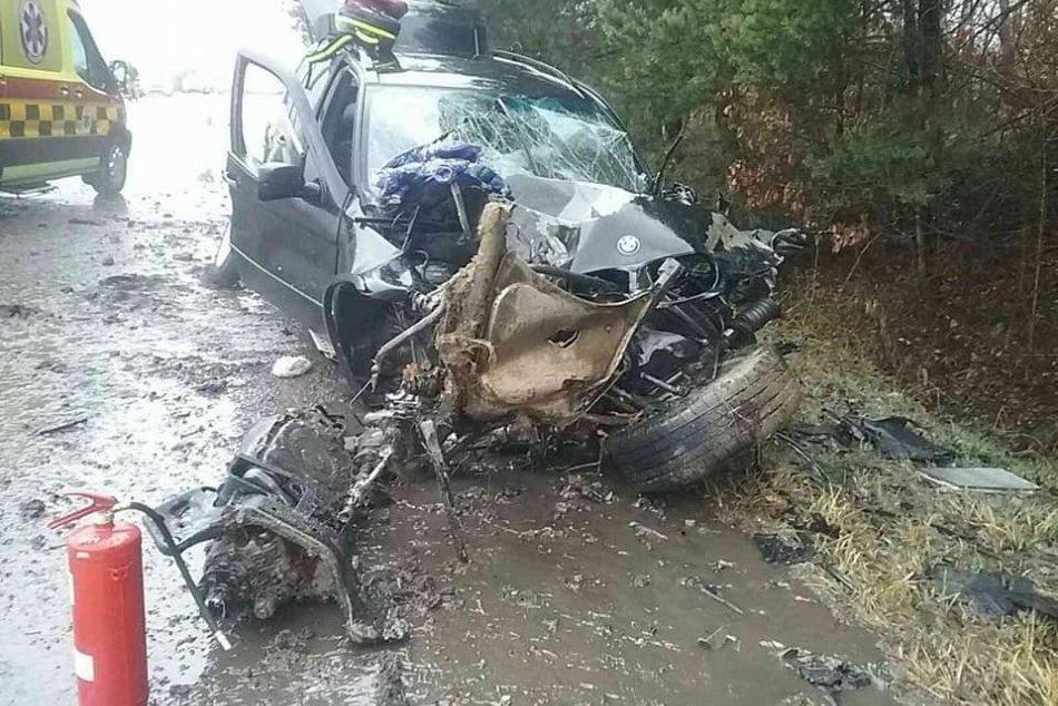 Ilustračný obrázok k článku Auto vrazilo do stromu, sedeli v ňom aj deti: Hasiči opisujú nehodu v Lutile, FOTO