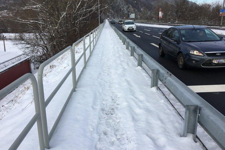Ilustračný obrázok k článku Brodenie chodcov v snehu: Ako je to so zimnou údržbou na Orlovskom moste? FOTO