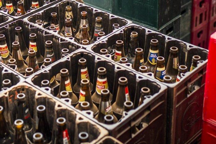 Ilustračný obrázok k článku Zlodeji sú už zrejme tiež v kríze: Ulakomili sa na stovky prázdnych pivových fliaš!