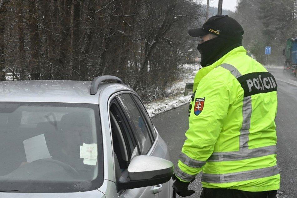 Ilustračný obrázok k článku Cúval v protismere, čo bol len začiatok: Nezodpovednému vodičovi hrozia dva roky
