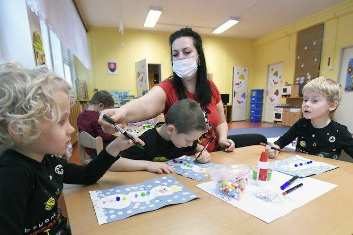 Ilustračný obrázok k článku Ledva škôlky otvorili, už ich musia zatvárať: Medzi rodičmi aj deťmi sa objavil koronavírus
