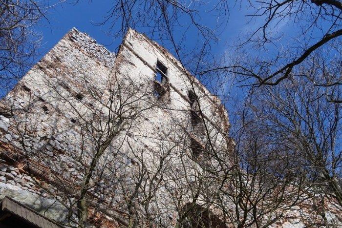 Ilustračný obrázok k článku TIPY na výlet v okrese Malacky: Objavte tajomný hrad v Karpatoch aj farmu plnú zvierat