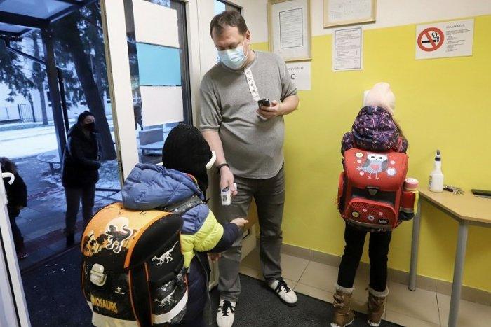 Ilustračný obrázok k článku Covid automat sa SPRÍSŇUJE, niektoré školy majú OTVÁRAŤ, rodičia musia na TEST