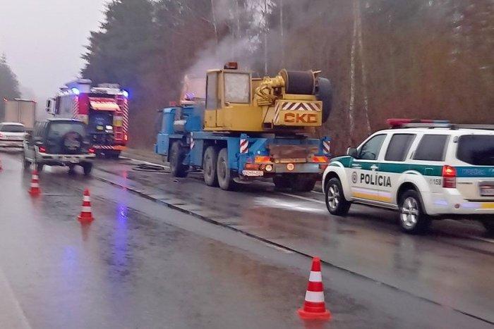 Ilustračný obrázok k článku Autožeriav v plameňoch! Pohotový zásah policajtov pri Žiline, FOTO