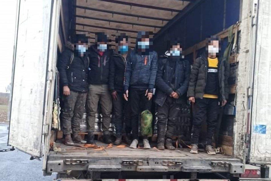 Ilustračný obrázok k článku Kamionista počul hlasy: Na odpočívadle medzi Košicami a Prešovom zadržali migrantov